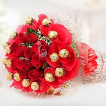 Red roses with Ferrero R...